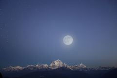 雪山脉在星形天空下 免版税库存照片