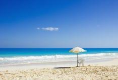 在田园诗热带沙子的海滩睡椅和伞 库存照片