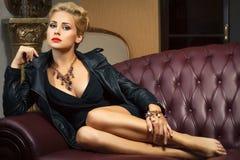 有珠宝的典雅的时髦的女人。 免版税库存照片