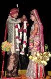 Ινδικοί νύφη και νεόνυμφος Στοκ φωτογραφία με δικαίωμα ελεύθερης χρήσης
