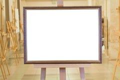 在画架的大画框在美术画廊 免版税库存图片
