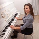 Рояль игры девушки Стоковые Фотографии RF