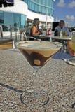 在室外咖啡馆的巧克力马蒂尼鸡尾酒 免版税库存照片