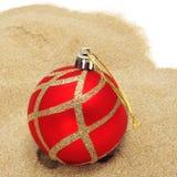 在沙子的圣诞节球 库存照片