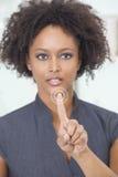 Кнопка сенсорного экрана дела женщины афроамериканца Стоковое Фото