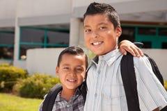 逗人喜爱的兄弟准备好学校 免版税库存图片
