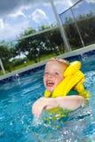 与救生背心的小男孩游泳 库存图片