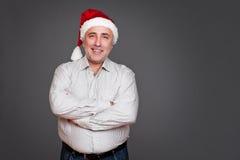 兴奋老人在圣诞老人帽子 库存照片