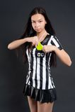 有黄牌的性感的足球裁判 免版税图库摄影