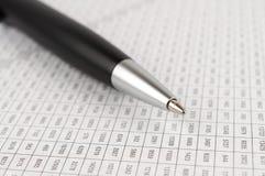 Черная ручка шариковой авторучки на цифровой таблице Стоковая Фотография