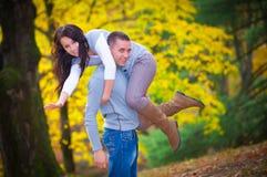 在公园的新夫妇 免版税库存照片