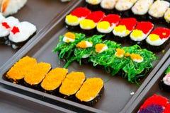 在局部市场上的五颜六色的寿司 免版税库存照片
