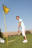 高尔夫球运动员俏丽的妇女 库存图片