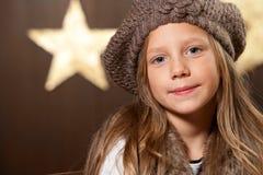 穿着垂头弯腰童帽的逗人喜爱的女孩纵向。 库存图片