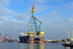 最大的起重机船 免版税库存照片