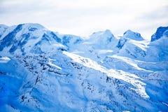 有蓝色雪的瑞士阿尔卑斯 库存照片