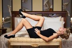 有金刚石珠宝的典雅的时髦的女人。 免版税库存图片