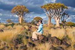 妇女游客旅行在南非,纳米比亚 免版税库存图片