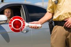 Αστυνομία - ο αστυνομικός ή η σπόλα σταματά το αυτοκίνητο Στοκ Εικόνες