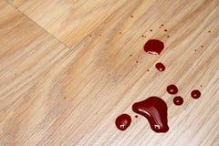 在楼层上的血液下落 免版税库存图片