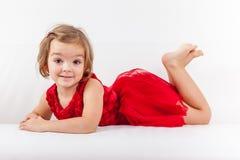 放松逗人喜爱的嬉戏的小女孩 免版税库存图片