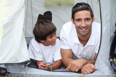 父亲和儿子野营 免版税库存图片