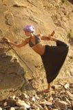 在岩石附近的瑜伽实践 免版税库存照片