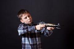 有石弓的少年 免版税库存图片