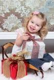 Маленькая девочка на чемодане Стоковые Изображения RF
