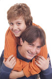 享受肩扛乘驾的愉快的少年 免版税库存照片