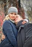 日期。 新白肤金发的妇女拥抱室外一个的人 免版税库存图片