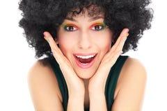 有非洲的假发的惊奇的妇女 免版税库存图片