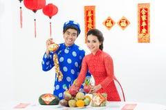 在传统节日的越南夫妇 免版税库存照片
