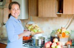 妇女烹调苹果果酱 免版税图库摄影