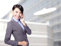 告诉的女商人移动电话 免版税库存图片