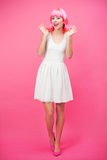 在桃红色背景的美丽的少妇 免版税库存图片