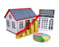 Дом с панелями солнечных батарей, чалькулятором, план-графиком, и монетками Стоковые Фото
