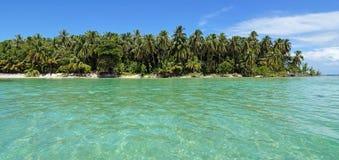有绿松石的热带海岛浇灌全景 库存照片