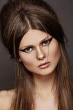 在别致的设计,方式构成的美好的发型 免版税库存照片