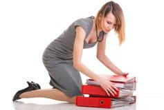 妇女工作劳累了过度查出的女实业家大量文件 免版税库存照片
