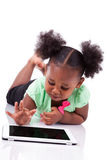 Маленькая девушка афроамериканца используя ПК таблетки Стоковые Фото
