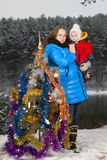 装饰圣诞树的母亲和孩子 免版税库存照片