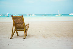 在理想的热带空白沙子海滩的海滩睡椅 库存图片