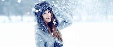 使用与雪的妇女在公园 库存图片