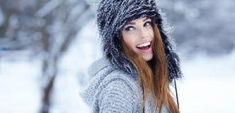 使用与雪的妇女在公园 免版税图库摄影