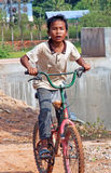 Камбоджийский мальчик на велосипеде Стоковая Фотография RF