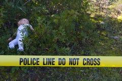 犯罪现场在有玩偶的森林里 库存照片