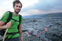 步行由流的熔岩的夏威夷远足者 库存照片