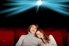 Νέο ζεύγος στον κινηματογράφο Στοκ Εικόνες