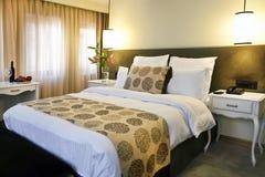旅馆卧室 免版税库存图片